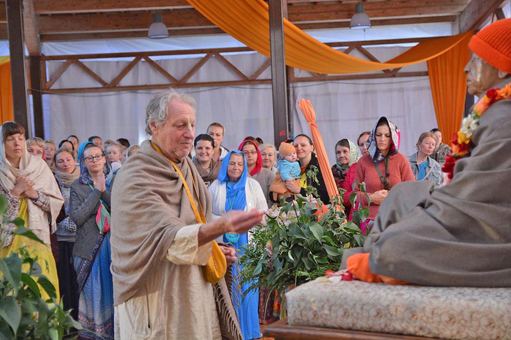 Guru Das offering flowers to Srila Prabhupada during the Baltic Sea Festival.